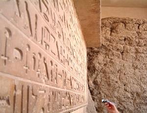 Hiërogliefen bij de ingang van de mastaba van Idoe - Gizeh uit het Oude Rijk