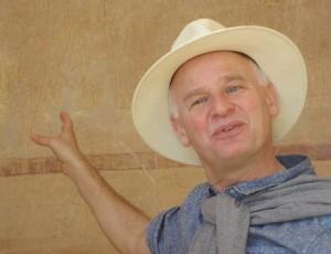Egyptoloog Huub Pragt tijdens een van zijn reizen bij Deir el-Bahri