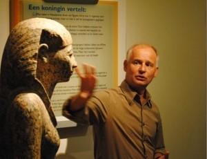 Huub Pragt verzorgt museumrondleidingen in het Rijkmuseum van Oudheden - Foto: Richard de Jong