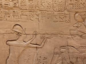 Beeldmerk voor Algemene Voorwaarden. Ramses II offert wierook aan de bark van Amon, tempel van Karnak Loeksor