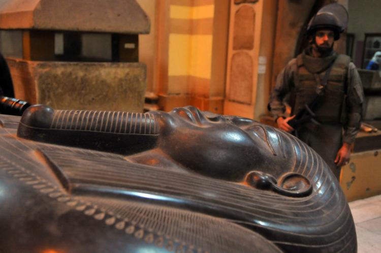 Een militair bewaakt het Egyptisch Museum, 16 februari 2011